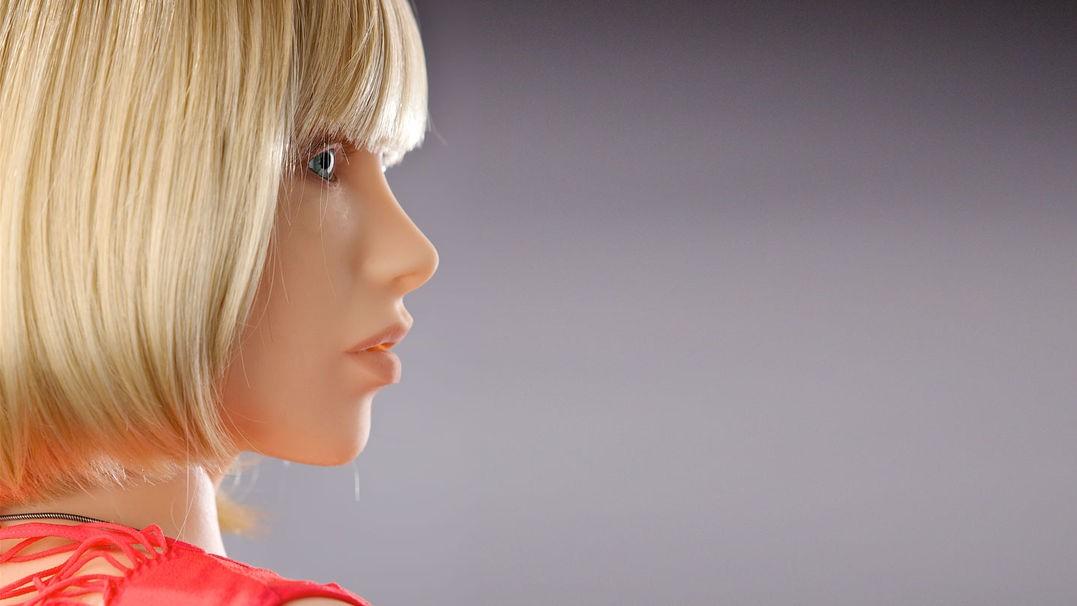 Sexdukker vil i fremtiden ta i bruk kunstig intelligens. Det vil gjøre dem utsatt for angrep, advarer sikkerhetsekspert.