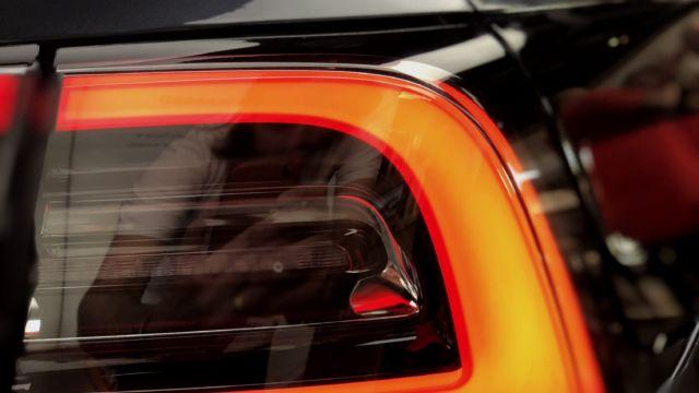 Områdene rundt lysene er ekstra fine, ellers er det mange rette og enkle linjer for et stramt designspråk. Bilen skiller seg ikke så mye ut fra utsiden.