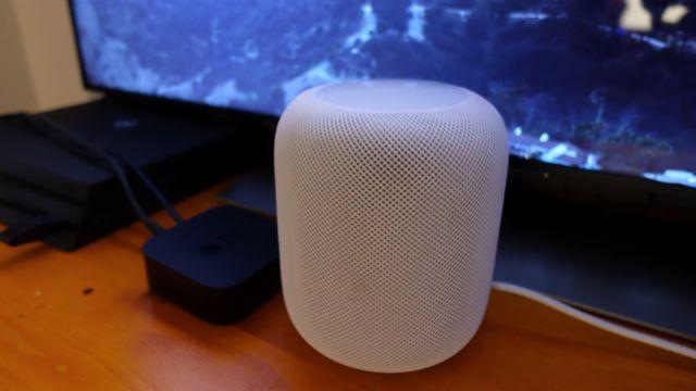 Google Home Max veier og tar mer plass enn Apple HomePod, selv om den nok spiller høyere.
