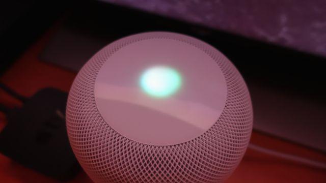 Når Siri snakker eller lytter, spilles det av forskjellige fargemønstre. Det tar seg pent ut, spesielt når det er litt mørkt.