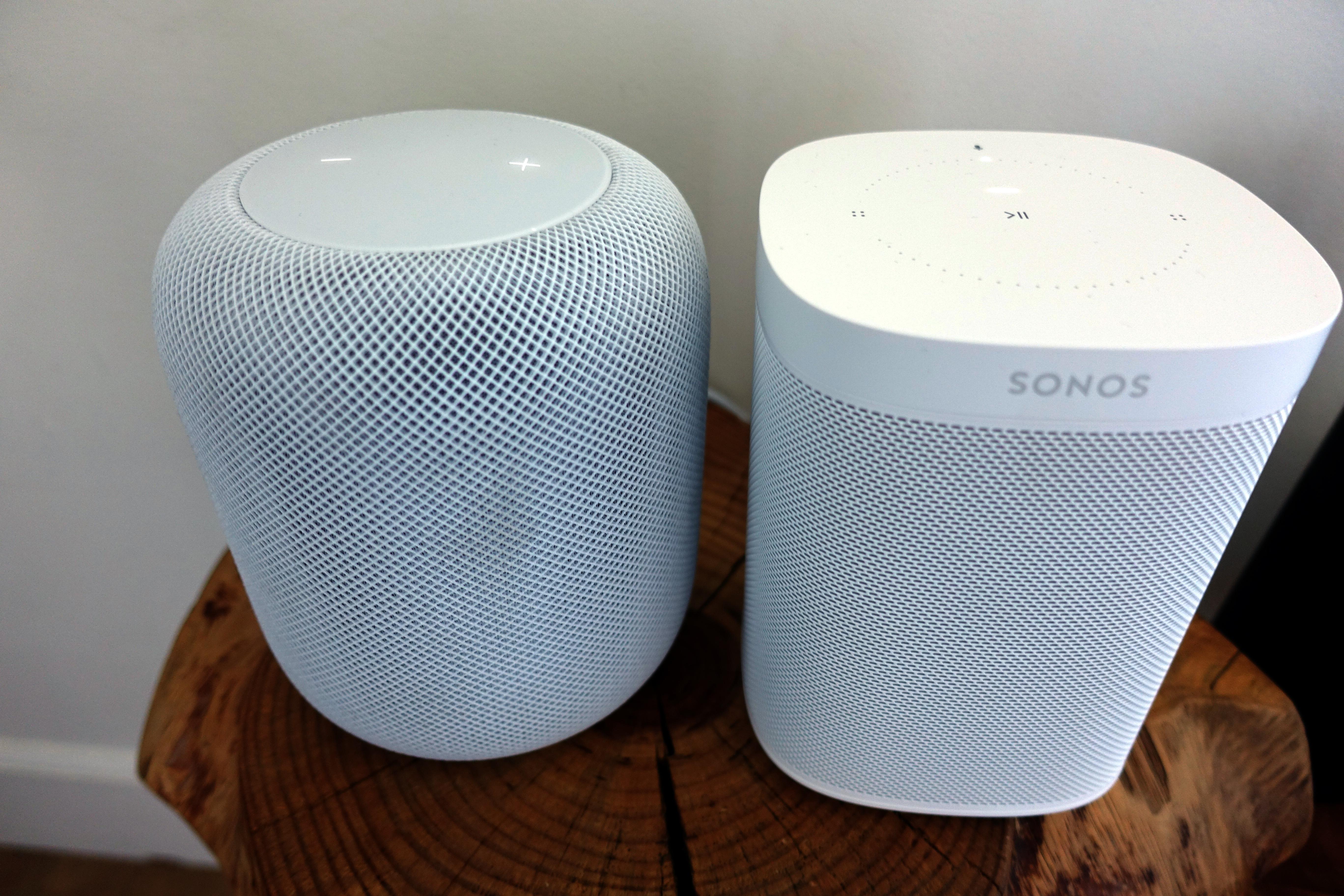 Sonos One og Apple HomePod. Sonos One koster 2000 kroner i Norge. HomePod er ikke lansert her hjemme, men koster 3000 kroner i USA.