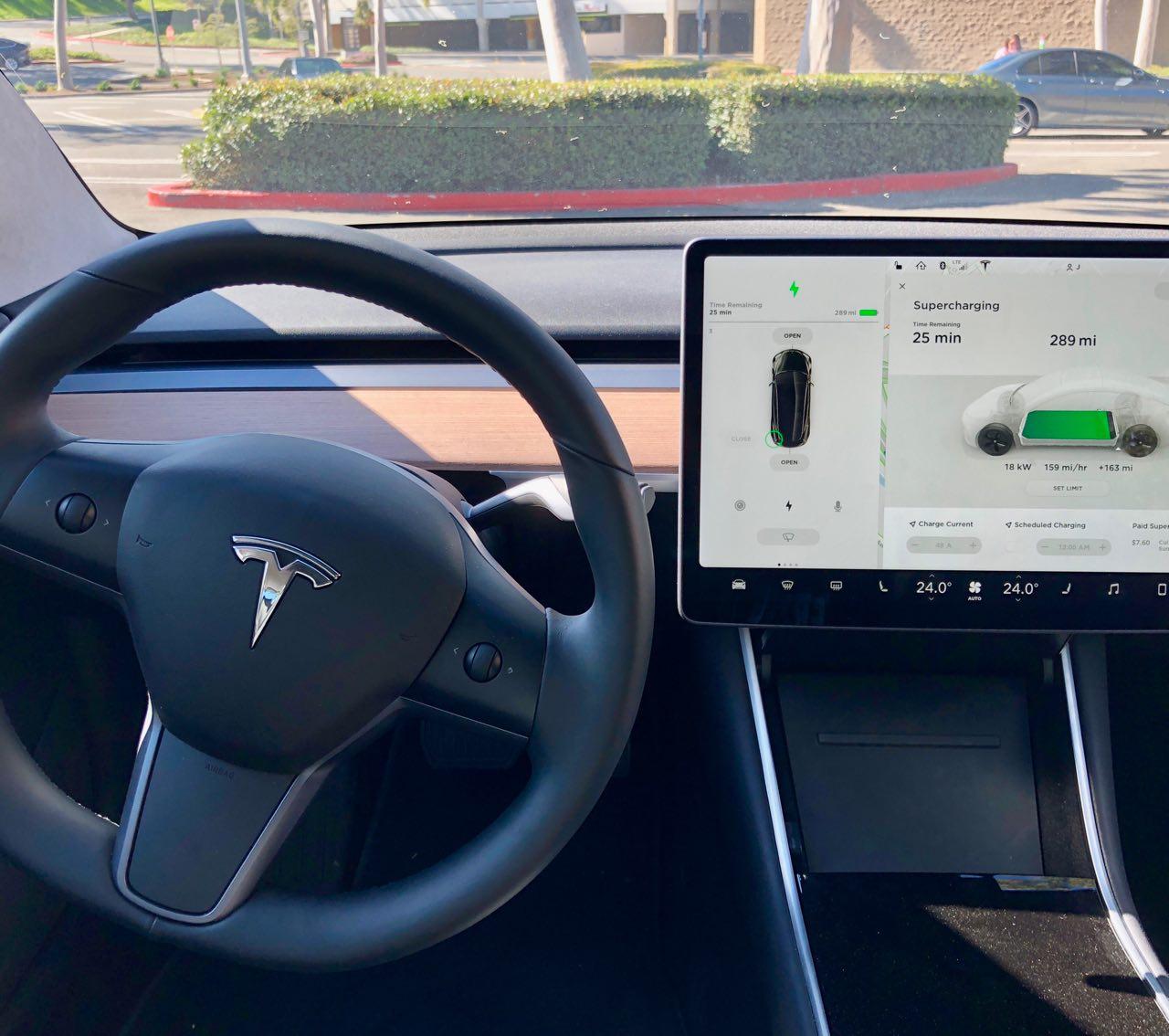 Slik er det store panelet i Model 3 i forhold til førerutsikten.