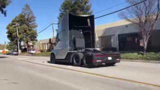 Se den formidable akselerasjonen til Tesla Semi