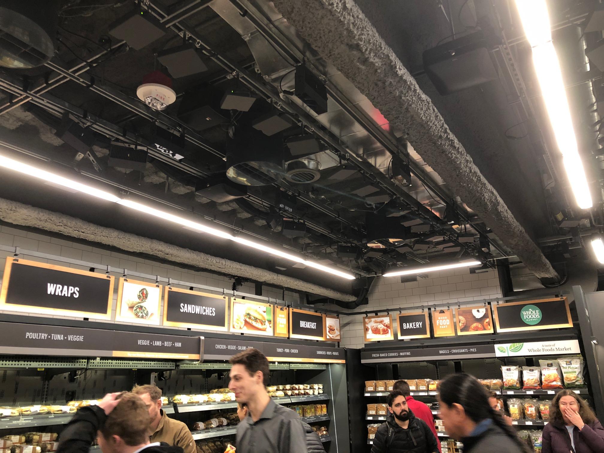 Disse sensorene er å finne i hele taket i alle deler av butikken. Det er disse som vet hvem du er og hva du putter i posen.