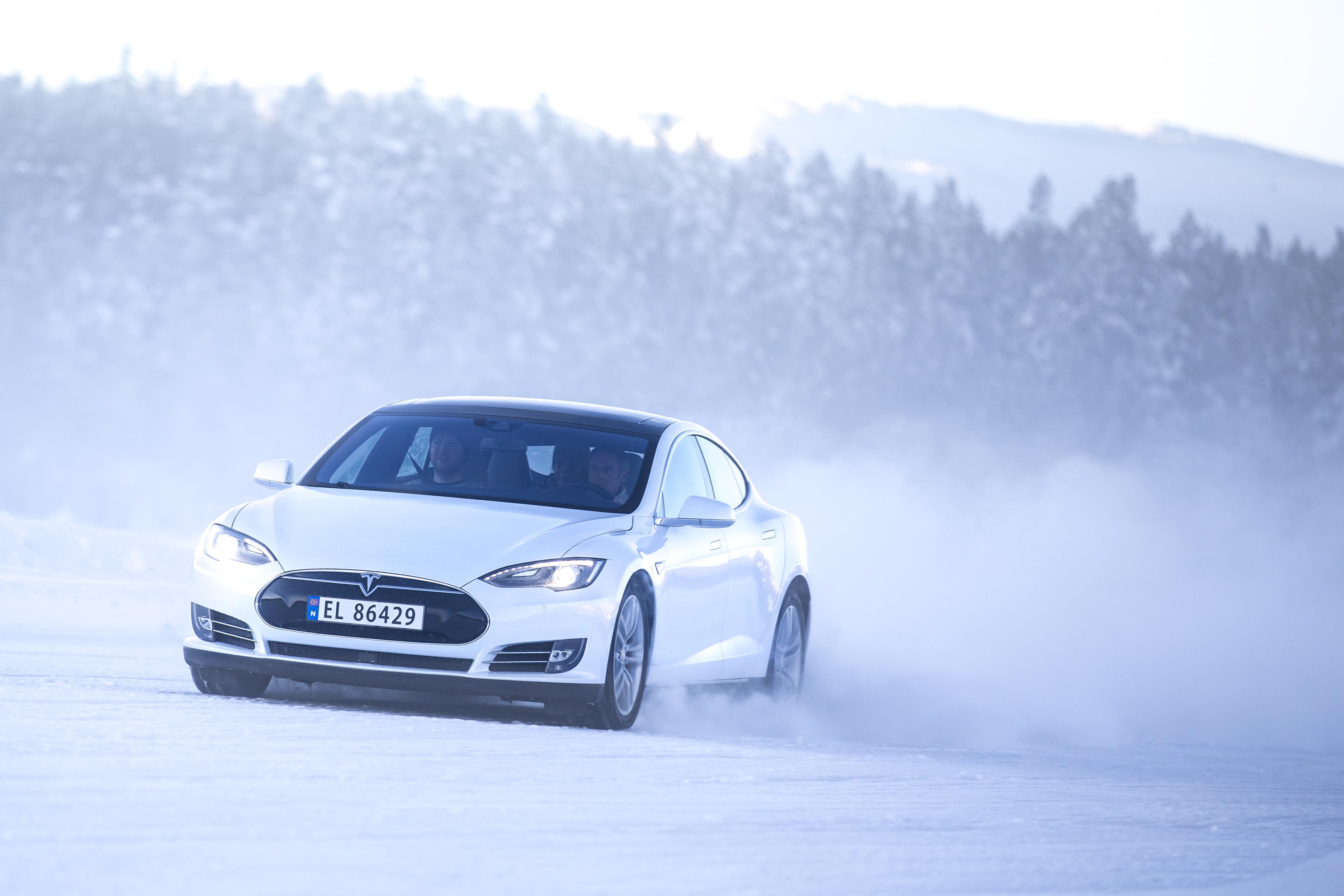 11 000 nordmenn kan være rammet av Tesla-feil