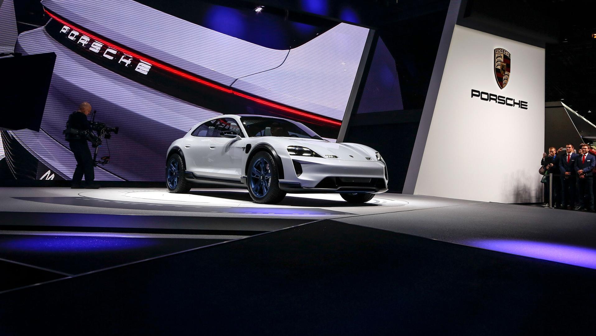 Porsche Mission E CUV var en populære modell under bilmessen.