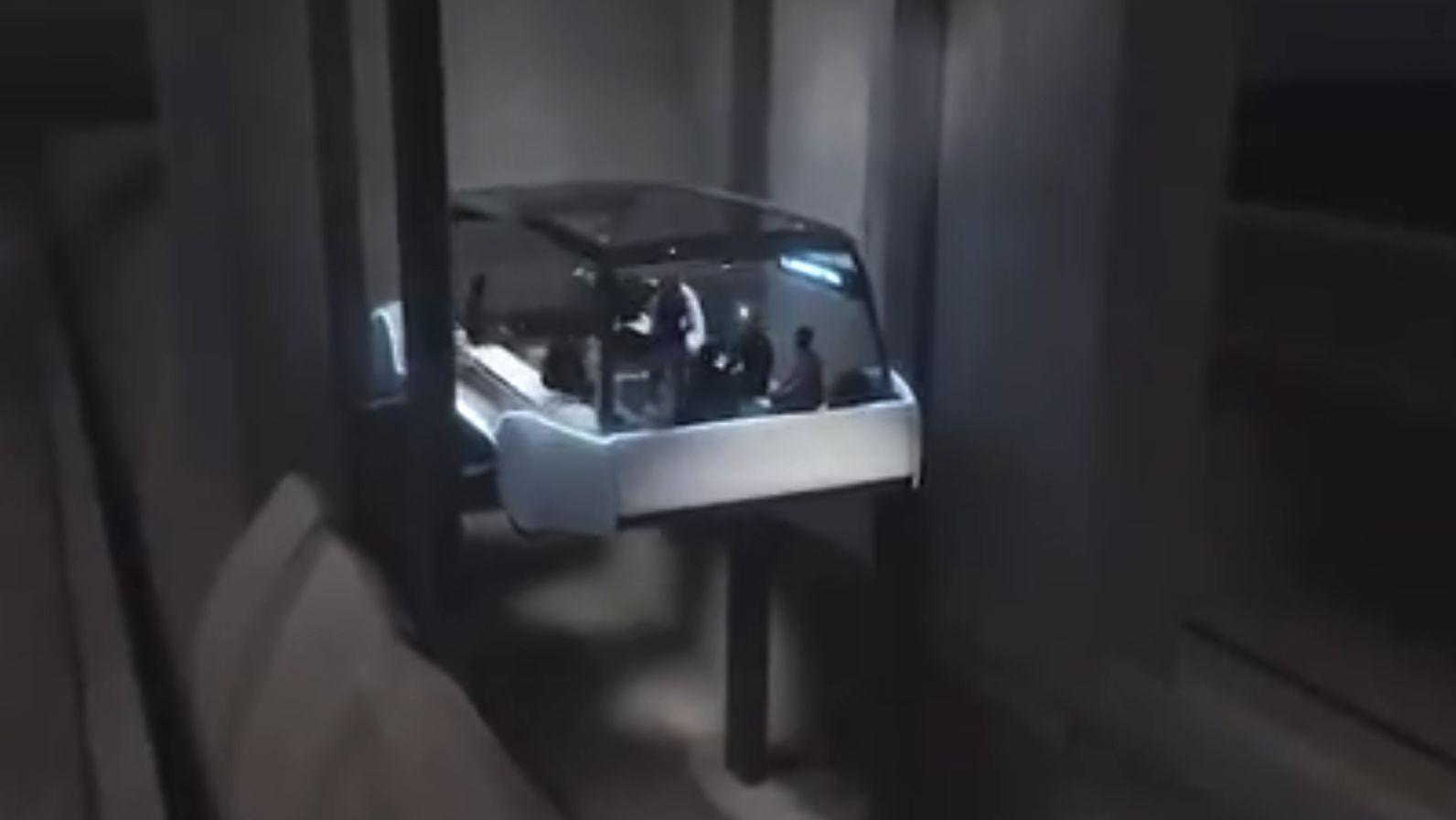 Passasjerene senkes ned i tunnelen.