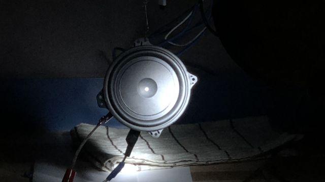Ved å skru av lyset undersøker ingeniørene om høyttaleren holder mål fysisk.