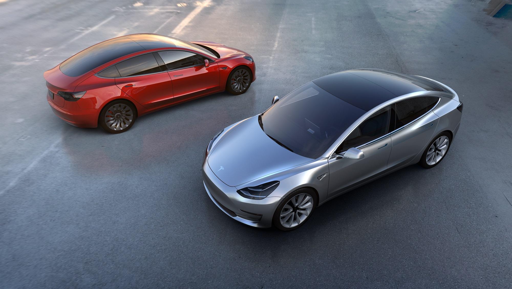 Nå skal Tesla få sving på sakene - Model 3 produseres døgnet rundt.