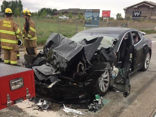 Tesla Autopilot granskes etter Model S kjørte inn i brannbil.