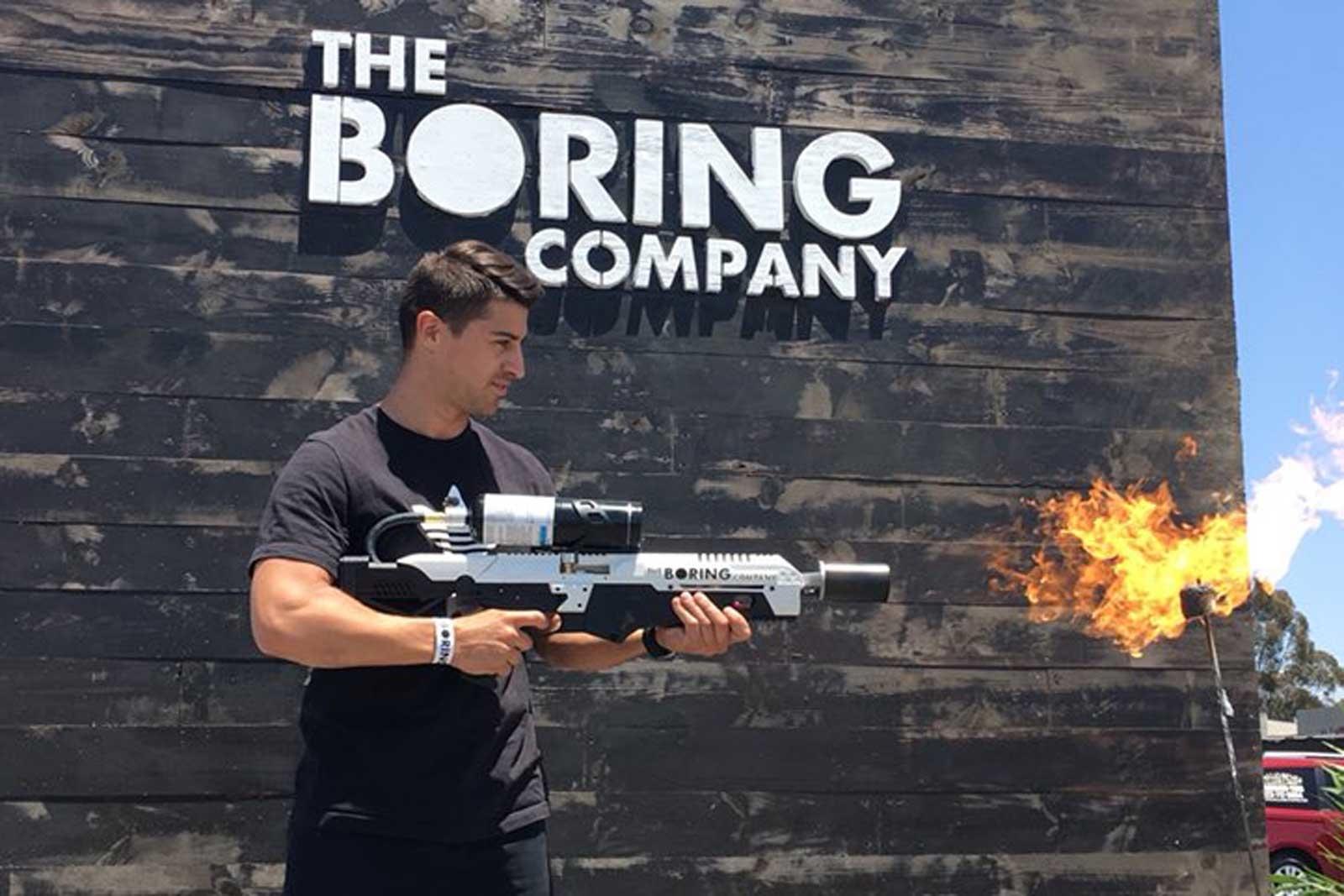 """Her plukker han opp Elon Musks """"flammekaster""""."""