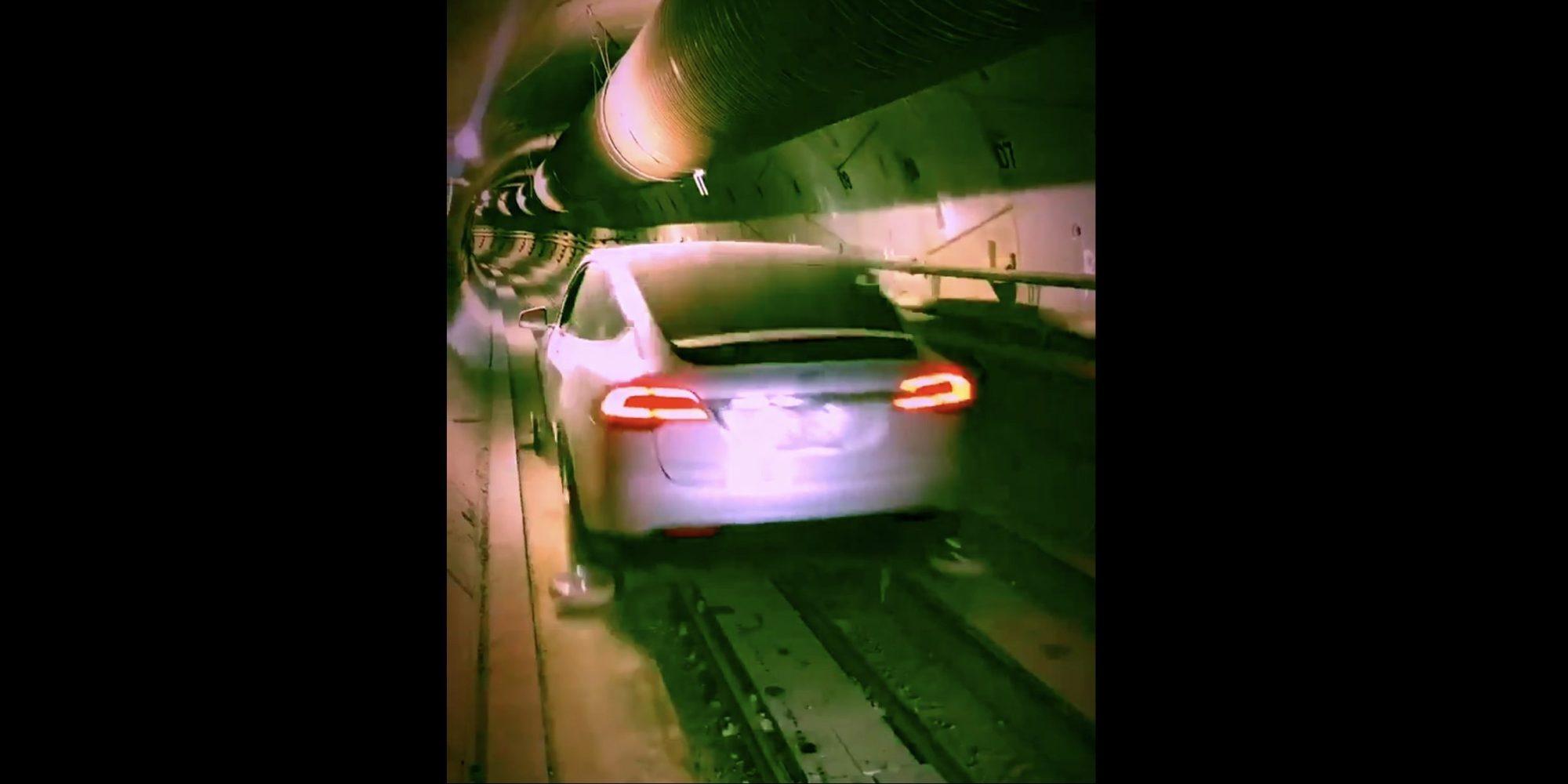 Se en Tesla Model X fyke av gårde i Elon Musk-tunnelen.