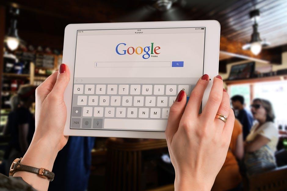 Google betalte 50 milliarder kroner for at selskaper skal bruke tjenestene deres.
