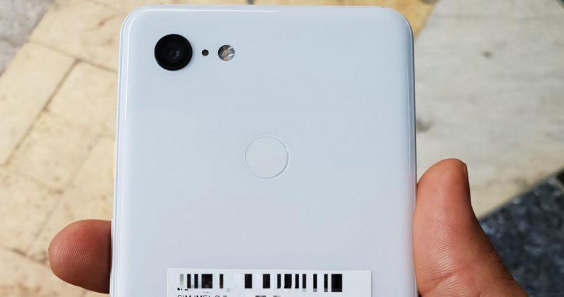 Hvit telefon med ett kamera.
