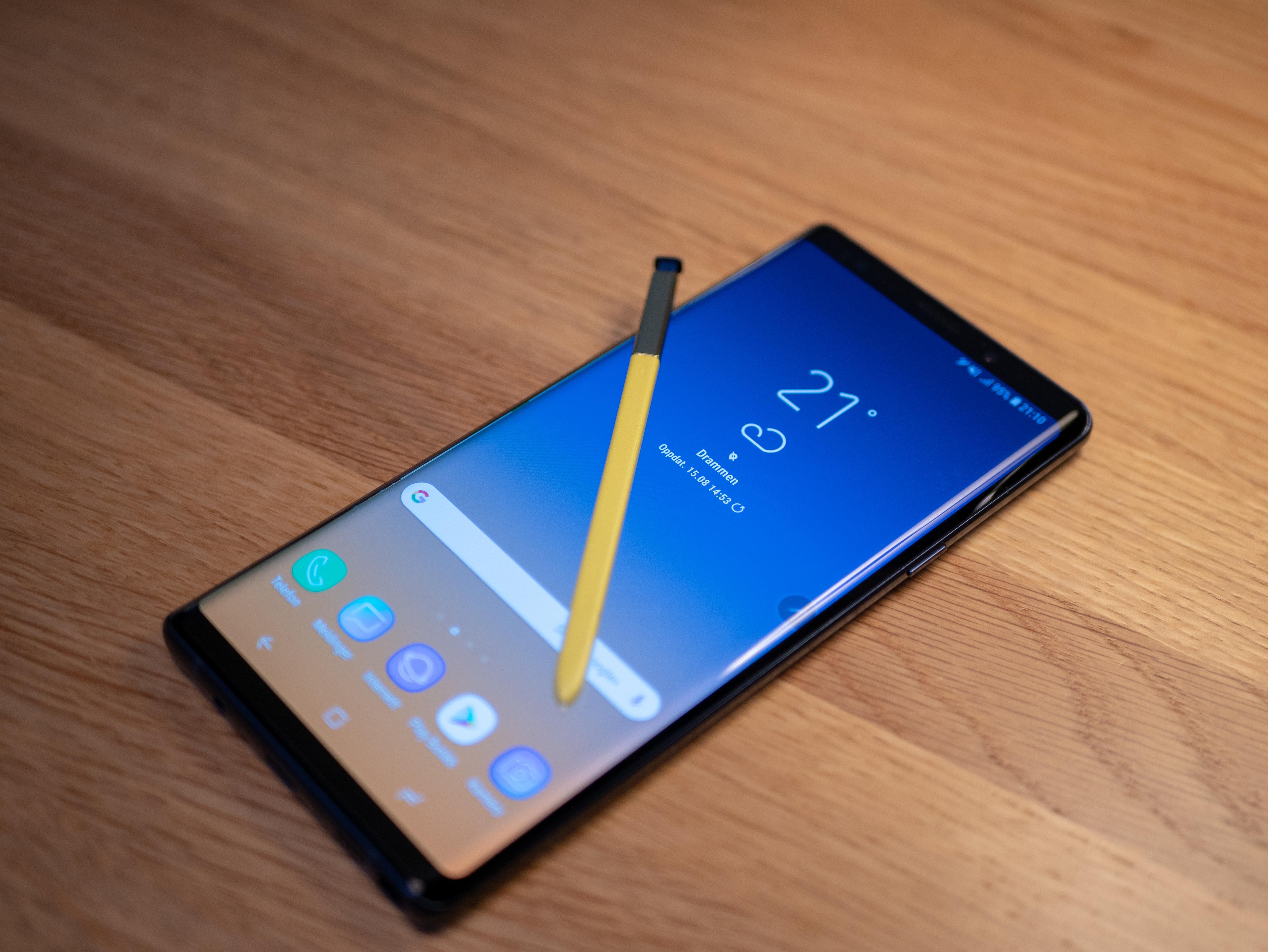 Galaxy Note 9 tok fyr i veska til en kvinne
