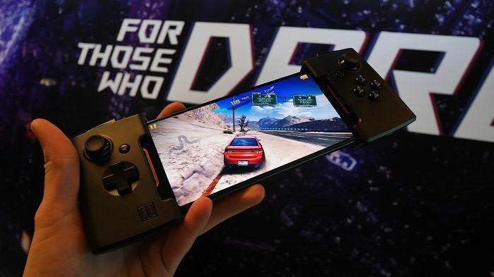 ROG Phone kan utstyres med ulike tilbehør. Blant annet en spillkontroller.