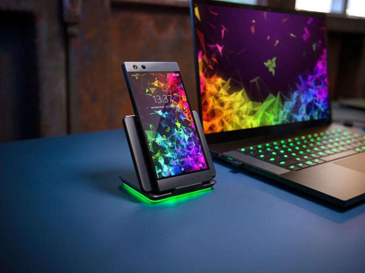 Razer selger en Razer Phone 2-dokk. Med Chrome-belysning.
