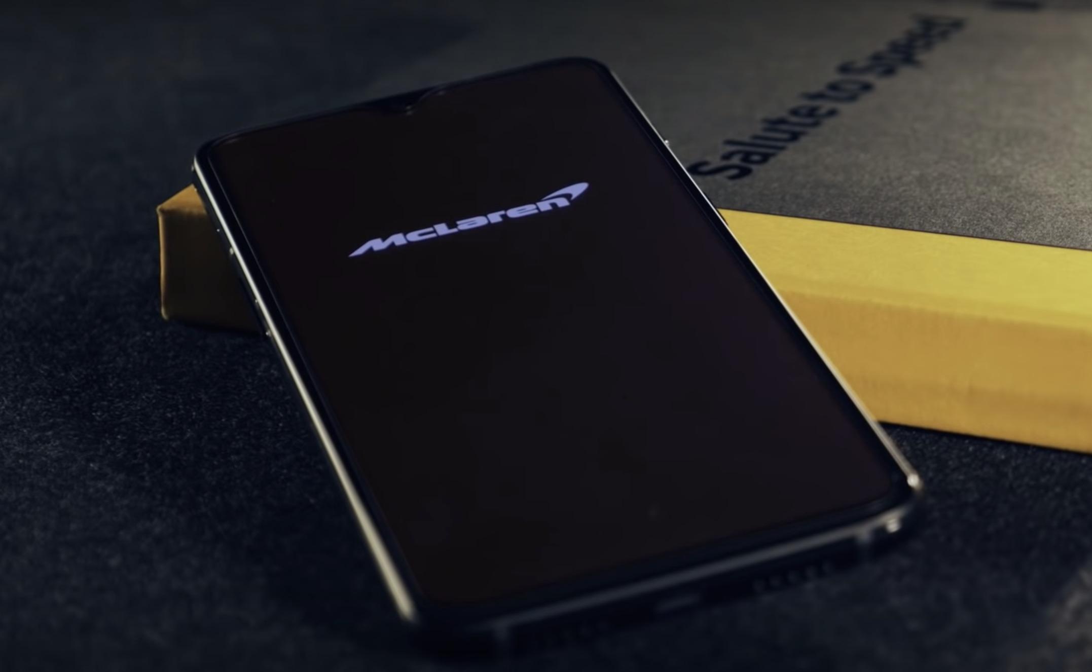 Her er baksiden av OnePlus 6T Mclaren Edition.