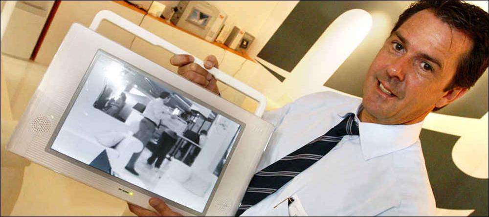 <b>HANKEVARE:</b> Mike Poeckling i selskapet New Universe med sin støtsikre, vantette og trådløse LCD-skjerm.