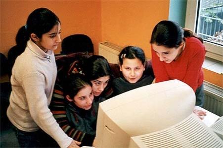 NYE MEDIEVANER: Den aller yngste generasjonen vil neppe bruke annet enn internett til å holde seg orientert.