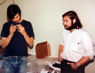 SØTTITALLSNERDER: Steve Jobs og Steve Wozniak studerer en «blue-box» i 1975. Boksen kunne brukes til å ringe gratis over hele verden.