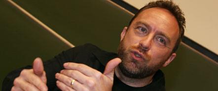 Wikipedia-gründeren Jimmy Wales forbeholder seg retten til å skrive om en restaurant han liker. Mens andre i Wikipedia-systemet mener han burde stoppes.