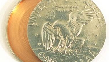 HUL MYNT: Amerikansk etterretning har sendt ut disse bildene, som viser en hul mynt med plass til en liten radiosender.