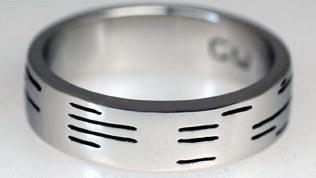 Denne gifteringen lar deg inngravere ditt personlige budskap i binærkode.