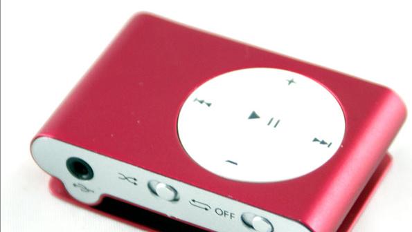Ingen tvil om at denne er veldig lik Apples iPod Shuffle.