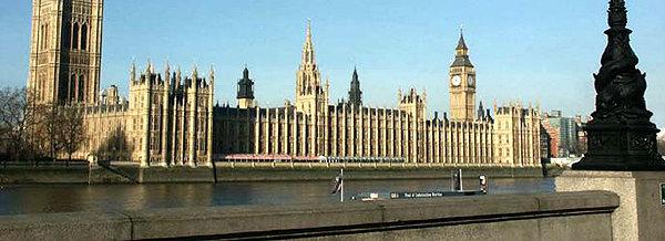 Politikerne i det britiske parlamentet mener regjeringen har betalt 10 ganger mer enn de skulle for IT-utstyr og tjenester.