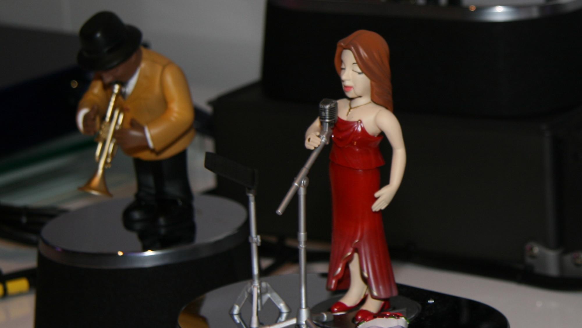 INTERAKTIVT DUKKETEATER:  Jazzband-dukkene følger musikken som spilles av på skjermen til minste detalj.