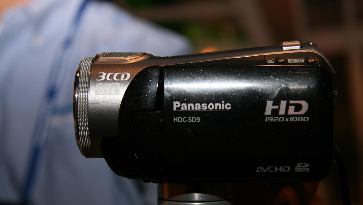 KOMPAKT: panasonics HDC-SD9 er kompakt i størrelsen, og ligger lett i hånda.