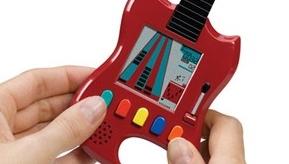 HÅNDHOLDT:  Guitar Hero Carabiner får lett plass i lomma.