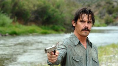 Llewelyn Moss (Josh Brolin) lar seg ikke pelle på nesa av den psykopatiske leiemorderen som er sendt for å drepe ham i Oscar-grossisten «No Country for Old Men». I Blu-ray-utgaven kan du trolig telle skjeggstubbene hans også...