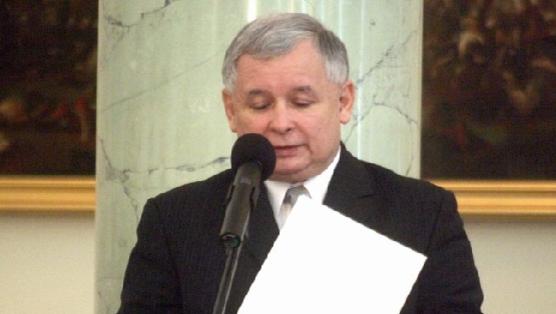 Jaroslaw Kaczynski markerte seg som en knallhard statsminister inntil han måtte gå i fjor. Nå advarer han mot nettvalg.