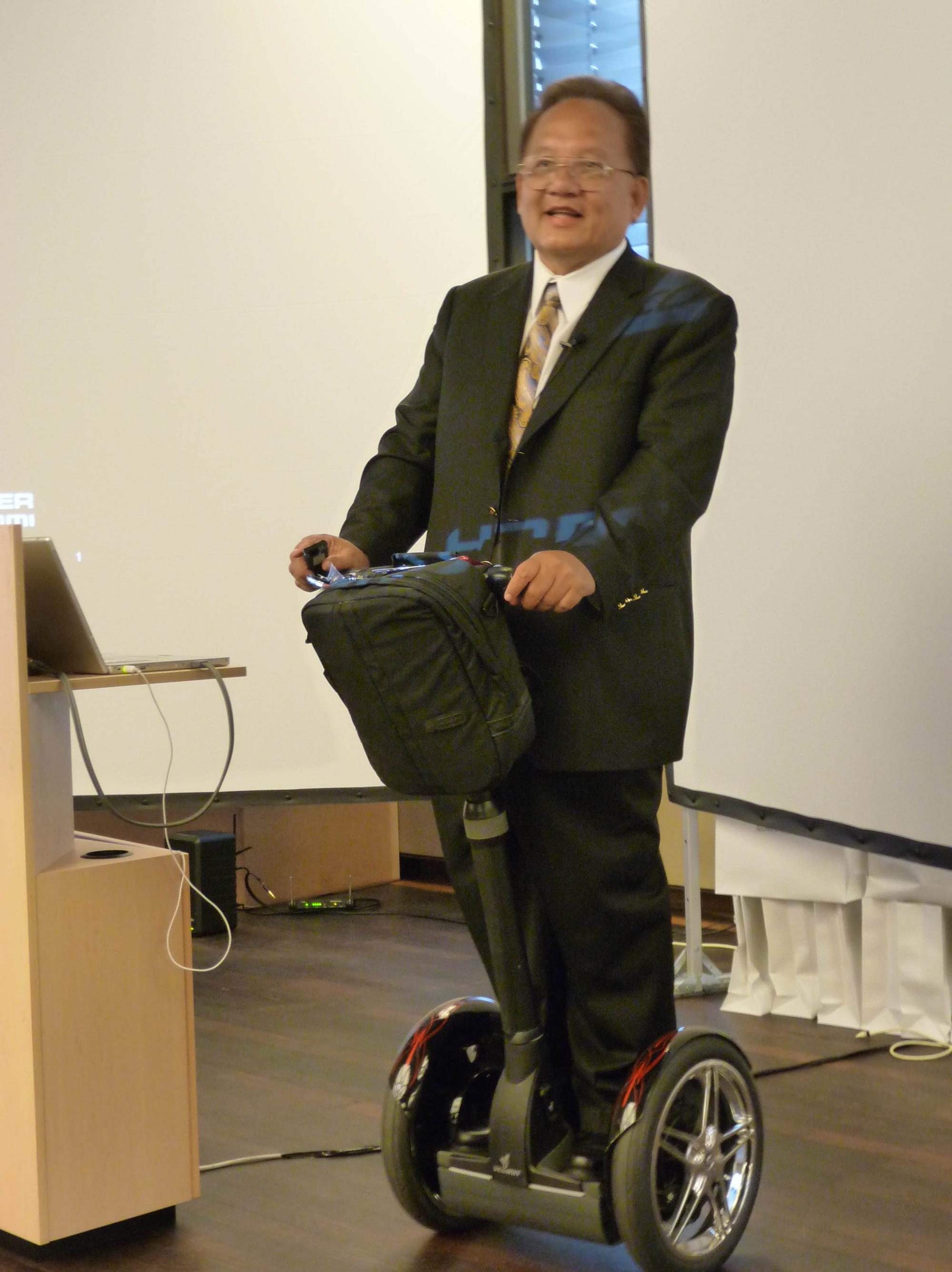 Noel Lee fyker rundt på en Segway-sykkel og tror fullt og fast på at bedre kabler gir bedre bilde.