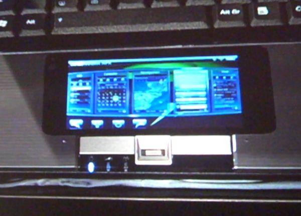 På den lille skjermen kan man bruke nett-widgets, surfe nettet, se videoer og høre musikk.