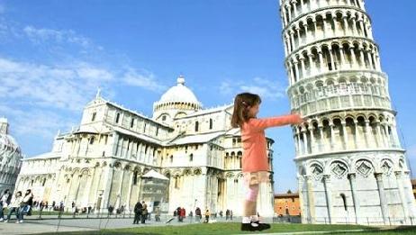 Jenta på bildet spaserer bort til tårnet for å rette det opp. Alt sammen ved hjelp av Casios nye Dynamic Photo-teknologi.