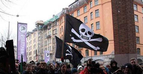 Piratflagget svaier i vinden under et av det svenske Piratpartiets demonstrasjoner.