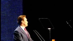 Arnold Schwarzenegger holdt tale på åpningen av CeBit-messen.