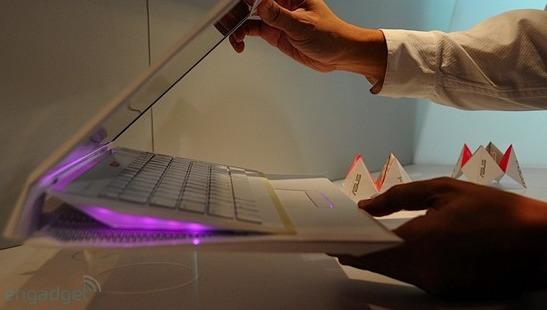 På Asus sin kommende laptop sklir tastaturet over museoverflaten når den lukkes igjen.