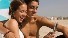 Å surfe med mobil på stranda i utlandet er ikke så smart i dag. Men fra 1. juli blir det billigere - for EU-borgere.
