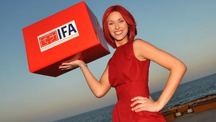 Den rødkledde, anonyme IFA-damen (hun er aldri den samme fra år til år)hadde all grunn til å smile på Malta.