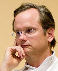 Lawrence Lessig har varslet at han kommer til å kjempe mot Warner etter at selskapet stoppet et foredrag han hadde lastet opp på YouTube.
