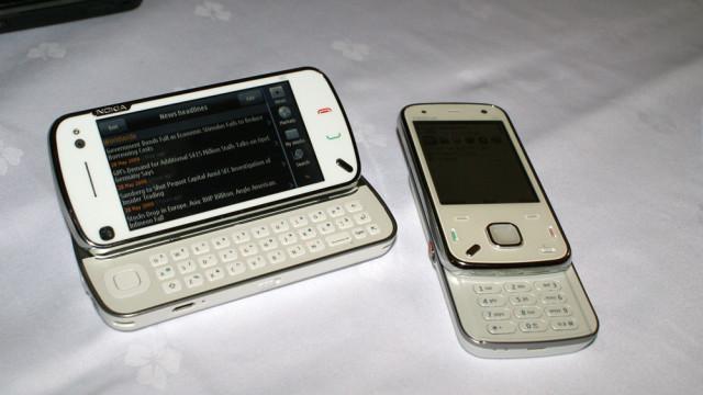 To elegante mobiltelefoner