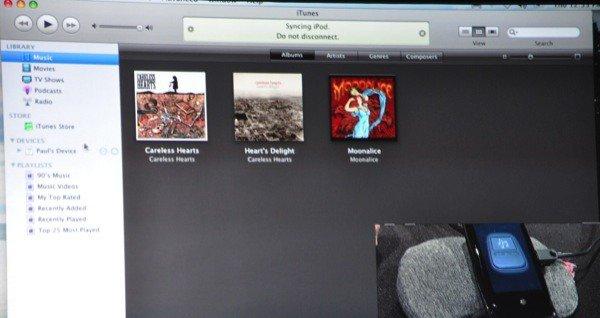 Her synkroniserer testeren en Pre med iTunes. Mobilen later som den er en iPod.