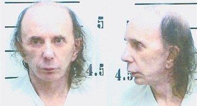 Drapsdømte Phil Spector (uten sin kledelige parykk) vil ha underholdning på cella.