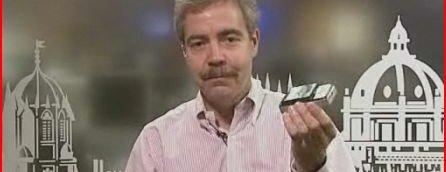 Eric Gilder demonstrerer hvordan han kan lade en mobiltelefon trådløst.