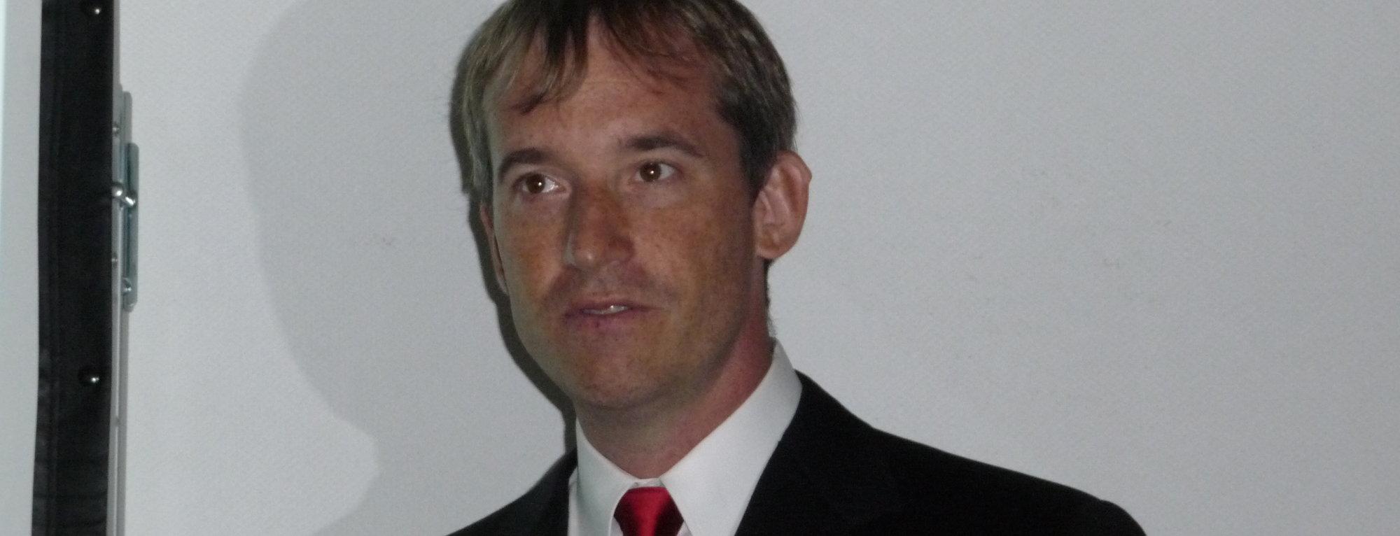 Colin Angle leder selskapet iRobot, som både leverer krigsroboter og automatiske støvsugere.