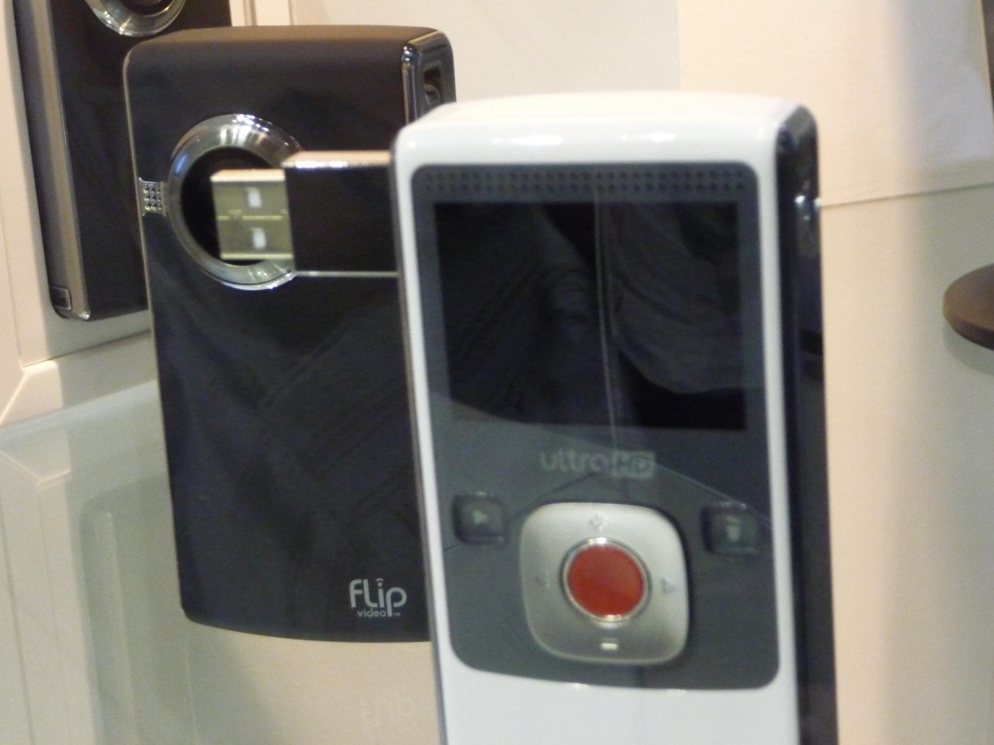 Cisco kunne vise fram siste generasjon av sitt kjekke Flip-videokamera. Behørig låst inn i et monter.